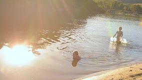 De kinderen baden in water stock video