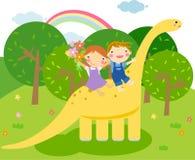 De kinderen berijdt een dinosaurus Royalty-vrije Stock Foto