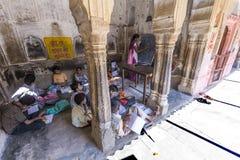 De kinderen bestuderen in de school van het dorp Stock Fotografie
