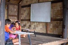 De kinderen bestuderen in houten klaslokaal geen leraar in daar B Royalty-vrije Stock Foto
