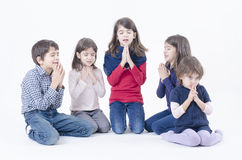 De kinderen bidden royalty-vrije stock fotografie