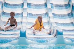 De kinderen bij aqua parkeren Stock Foto's