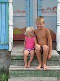 De kinderen bij de zomer kamperen Royalty-vrije Stock Fotografie