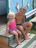 De kinderen bij de zomer kamperen Royalty-vrije Stock Afbeelding