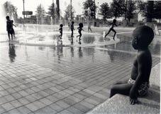 De kinderen bij een water parkeren Stock Foto's