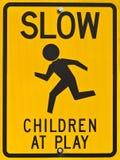 De kinderen bij Spel ondertekenen Stock Afbeeldingen