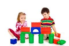 De kinderen bouwen een paleis van blokken Royalty-vrije Stock Foto's
