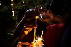 De kinderen branden wierook Loy Krathong, Thailand's is het meest royalty-vrije stock afbeelding