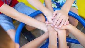 De kinderen brengen de handen op de Speelplaats samen stock video