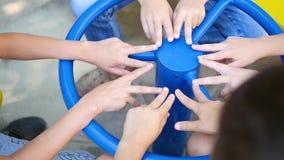 De kinderen brengen de vingers op Speelplaats samen stock footage