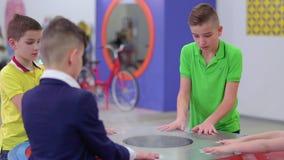 De kinderen creeert wolk van stoom in het museum van populaire wetenschap en technologie stock videobeelden