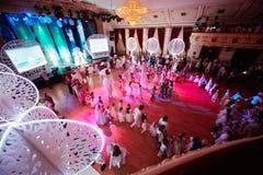 De kinderen dansen in cirkel in Gouden Zaal Stock Afbeelding