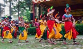 De kinderen dansen uitvoerders bij de lentefestival stock foto