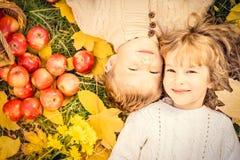 De kinderen in de herfst parkeren Royalty-vrije Stock Foto's