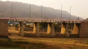 De kinderen dichtbij Pushkar overbruggen stock video