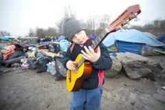 De kinderen die bij de vluchteling spelen kamperen grande-Synthe in Frankrijk Royalty-vrije Stock Foto's