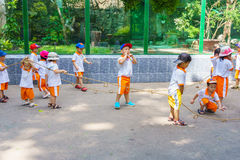 De kinderen die in de dierentuin spelen parkeren Royalty-vrije Stock Fotografie