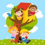 De kinderen die in een boom spelen huisvesten royalty-vrije illustratie