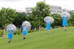 De kinderen die op het gras bij stad dansen parkeren in Quy Nhon, Vietnam Royalty-vrije Stock Foto's