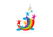 De kinderen die op het vectorembleem van de regenboogverbeelding spelen ontwerpen Stock Foto's