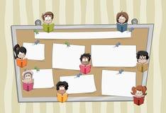 De kinderen die van de beeldverhaalstudent boeken over een grote raad met documenten lezen Royalty-vrije Stock Foto's
