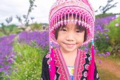 De kinderen die van de heuvelstam met traditionele kleren glimlachen stock afbeeldingen