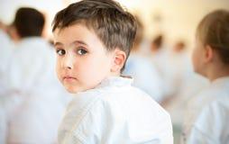 De kinderen die van de karate in sport opleiden Royalty-vrije Stock Afbeeldingen