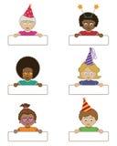De kinderen die van de partij naamplaatjes houden Stock Foto's