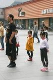 De kinderen die van het busonderwijs in chengdu, China dansen Stock Foto