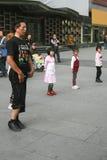 De kinderen die van het busonderwijs in chengdu, China dansen Royalty-vrije Stock Afbeelding