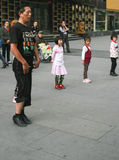 De kinderen die van het busonderwijs in chengdu, China dansen Stock Afbeeldingen