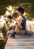 De kinderen die van Nice met stokken in handen zitten Stock Foto