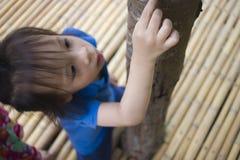 De kinderen die voedend een stuk van voedsel aan mier, het mooie jonge geitje die van Azi? een voedsel houden en proberen om wat  royalty-vrije stock foto's