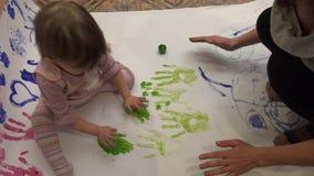 De kinderen dienen de verf in stock video