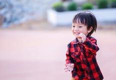De kinderen dragen Jasje aan traval en tribune in het park Het glimlachen van kinderen stock afbeeldingen