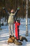 De kinderen drukken geluk in de winterscène uit Royalty-vrije Stock Fotografie