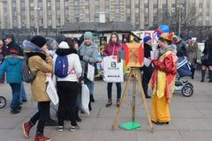 De kinderen en de adolescenten naast de actrice zijn een clown en a Royalty-vrije Stock Foto's