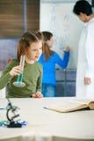 De kinderen en de leraar van de school in wetenschapsklasse Royalty-vrije Stock Afbeelding