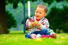 De kinderen eten fruit royalty-vrije stock fotografie