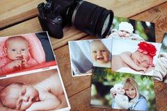 De kinderen is foto's en camera op een houten achtergrond Stock Afbeeldingen