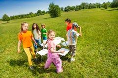 De kinderen gaan buiten rond het spelen muzikale stoelen royalty-vrije stock foto's