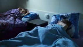 De kinderen gaan naar bed stock footage