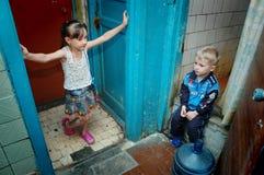 De kinderen gaan naar school in een herberg waar er geen water is royalty-vrije stock afbeelding