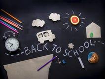 De kinderen gaan naar school op een de Kinderen` s creativiteit van de schoolbus Toepassing op een bord Potloden, schaar en alarm Royalty-vrije Stock Fotografie
