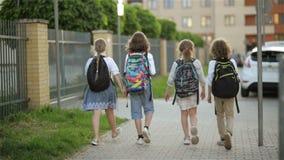 De kinderen gaan naar school Zij hebben Heel wat Pret omdat Vandaag Hun Eerste Dag op School is De mening van de rug stock video