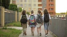 De kinderen gaan naar school Zij hebben Heel wat Pret omdat Vandaag Hun Eerste Dag op School is De mening van de rug stock footage