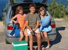 De kinderen gaan op de zomervakantie Stock Fotografie