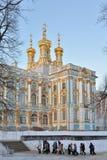 De kinderen gaan op excursie naar Catherine Palace Pushkin, Tsaren Stock Foto