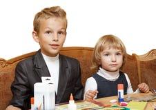 De kinderen gaan thuiswerk doen. Royalty-vrije Stock Afbeeldingen