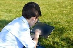 De kinderen gebruiken tabletten Stock Afbeeldingen